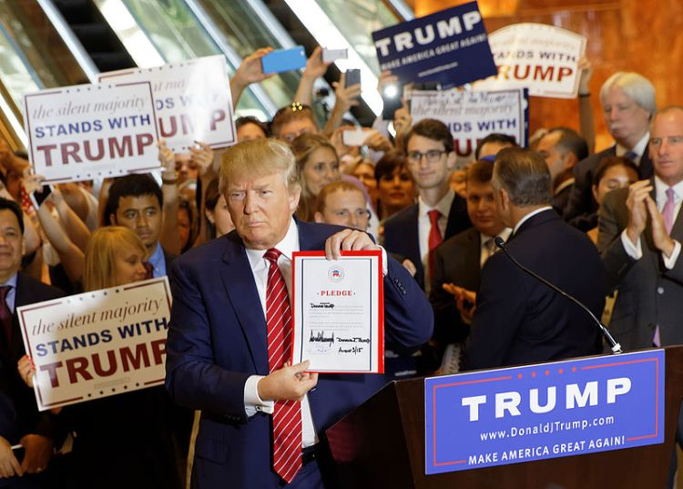 Donald_Trump_Signs_The_Pledge_25