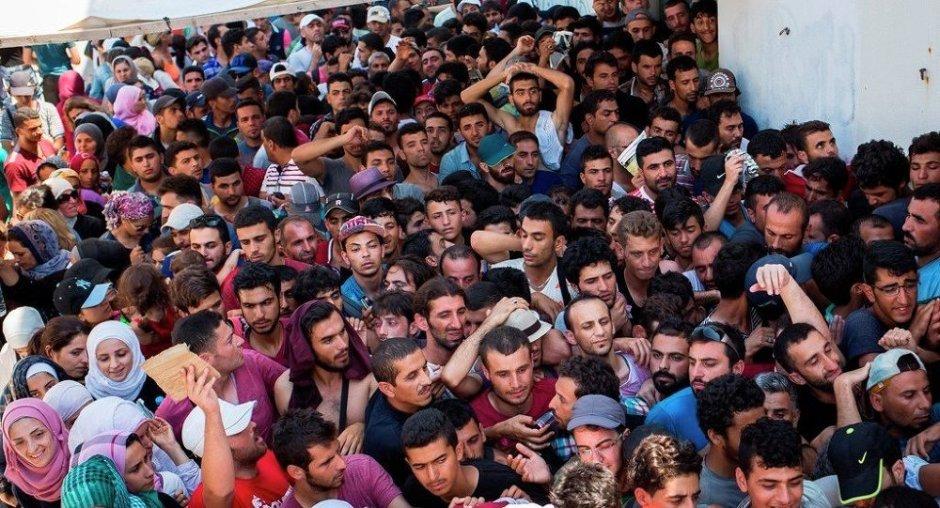 Migrants crowd.jpg