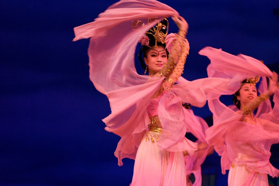 chinese_women_in_pink_dancing_2007-07-05